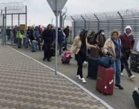 Граждан Украины за рубежом в МИД призвали там пока и оставаться