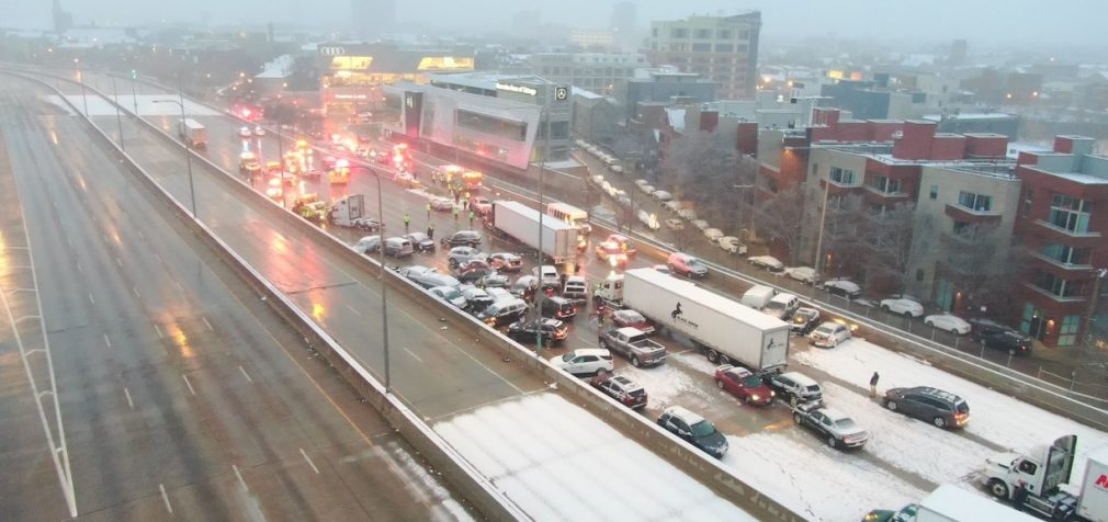 В Чикаго из-за сильного снегопада и гололёда столкнулись 60 машин