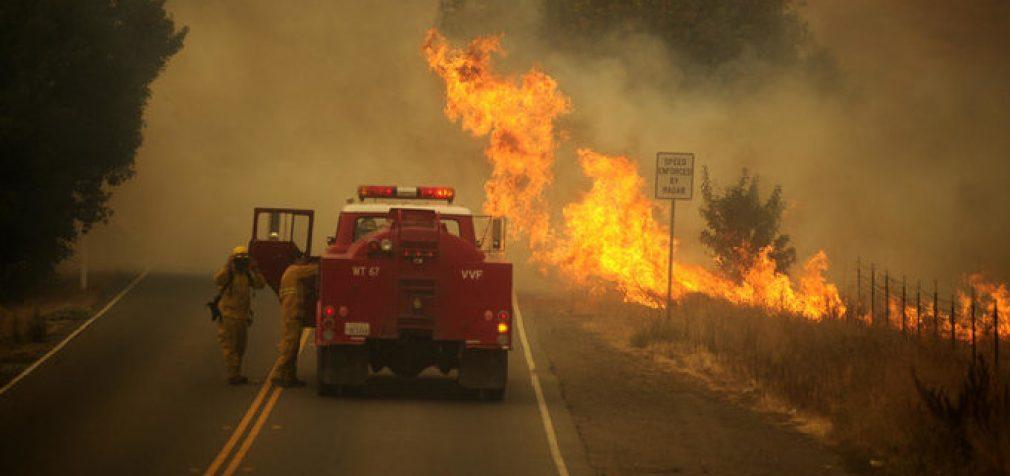 В Калифорнии с новой силой разгораются лесные пожары