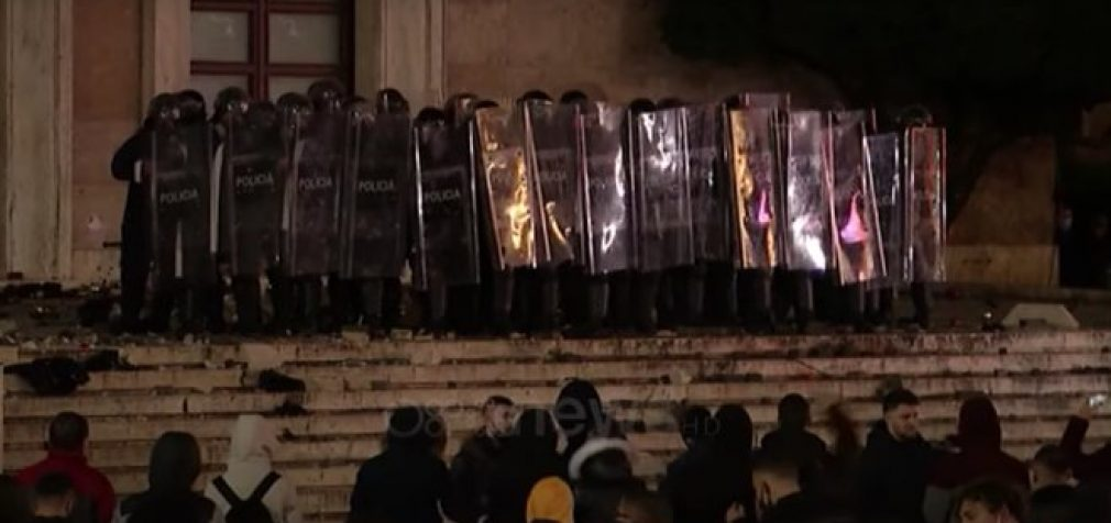 Убийство нарушителя карантина в Албании: протестующие сожгли ёлку