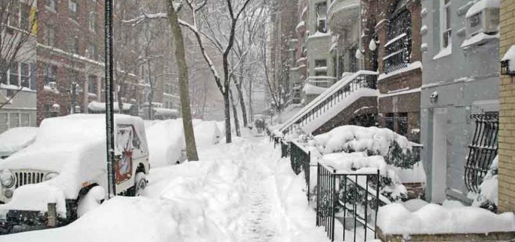 США и Фиджи завалило снегом, в Италии – мощное землетрясение