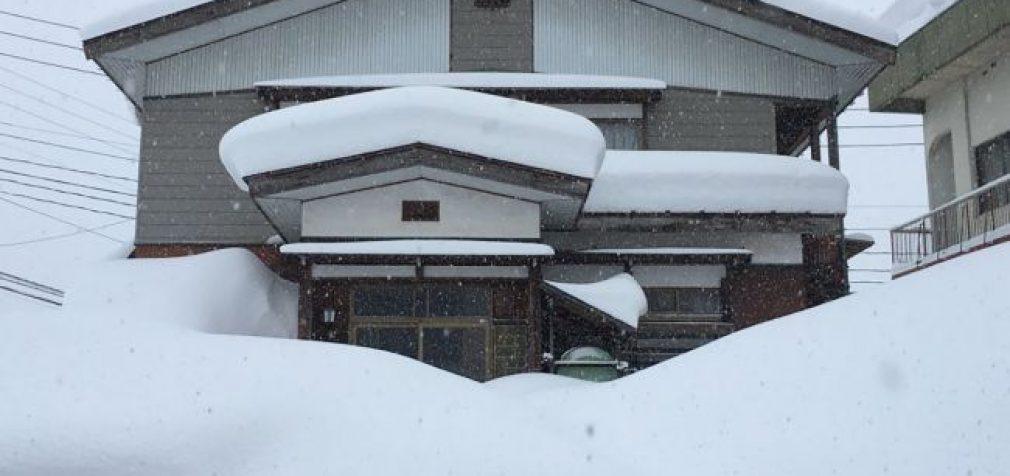 Японию засыпало снегом, пострадало 13 человек, рейсы отменены