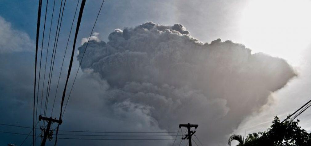 Стихии в мире: очередной вулкан, снегопады и землетрясения