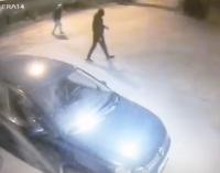 Срывали номера и били ногами: в Днепре подростки громили машины на парковке