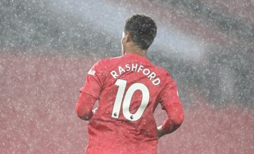 Матч Англійської прем'єр-ліги перенесли через появу вболівальників на полі стадіону «Манчестер Юнайтед»