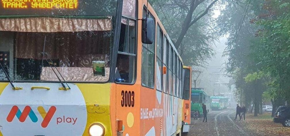В Днепре трамвай №1 сошел с рельсов возле вокзала: образовалась большая пробка