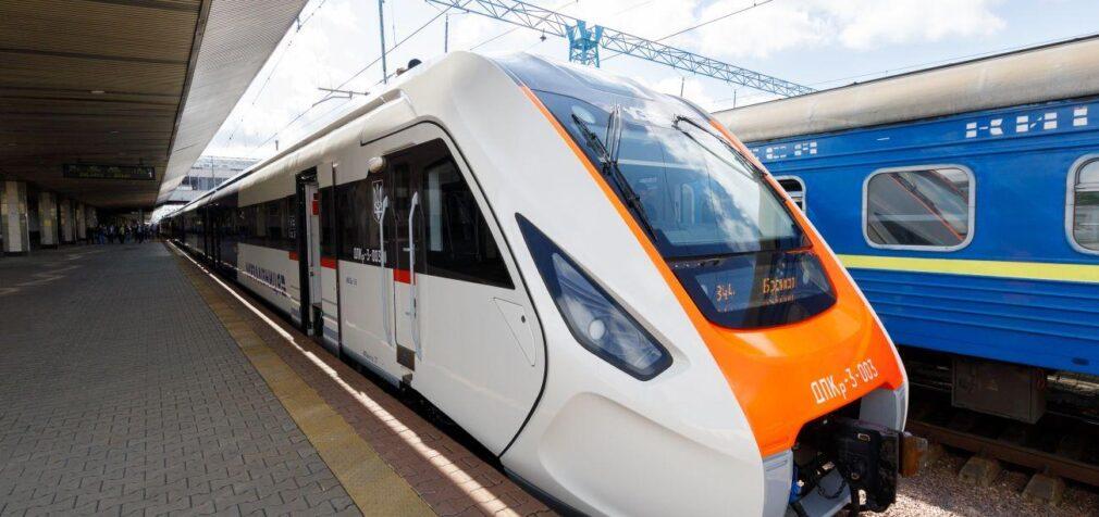 Через сходження вагонів у Житомирській області затримуються поїзди: повний список