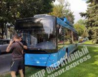 От жары водителю стало плохо: в Днепре троллейбус выехал на газон, — ФОТО